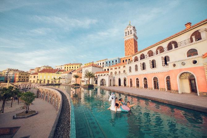 Cạnh quảng trường nhà ga đi cáp treo An Thới là thị trấn Địa Trung Hải Sun Premier Village Primavera. Nơi đây vừa diễn ra sự kiện thời trang đình đám Việt Nam Fashion Voyage #3. Ảnh: Nguồn.