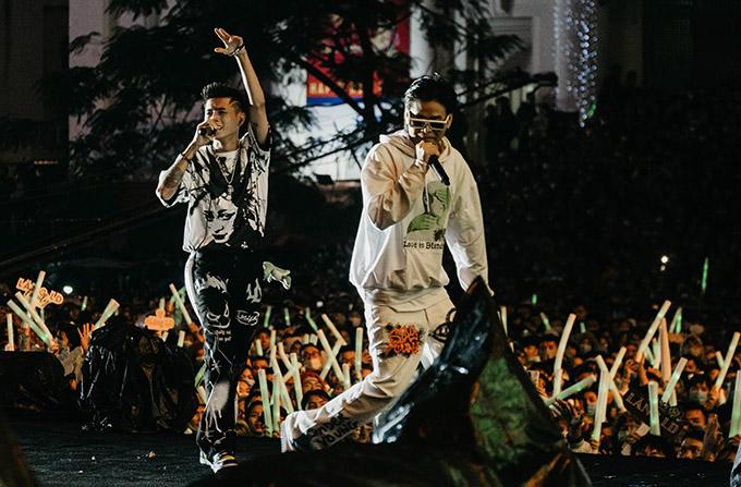 Hai nghệ sĩ 9X được hàng nghìn khán giả cổ vũ khi đi lưu diễn ở các tỉnh thành.