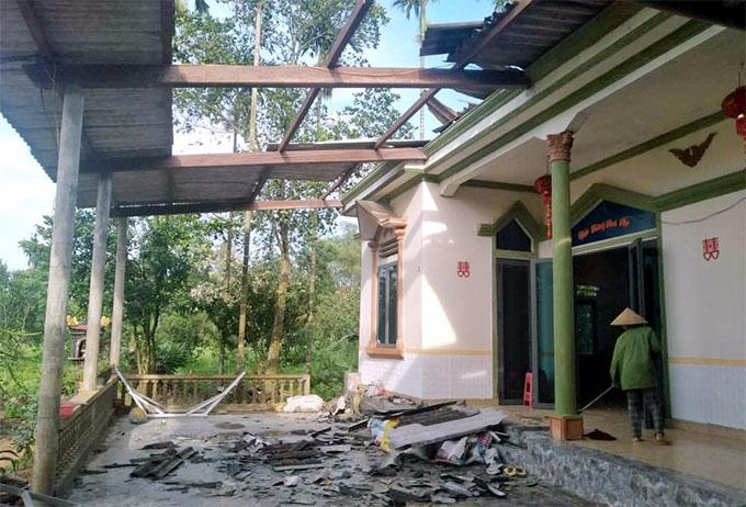 Nhà dân bị tốc mái sau trận lốc xoáy ở xã Hương Bình bị tốc mái sau trận lốc xoáy tối 2/5.Ảnh: Hùng Lê