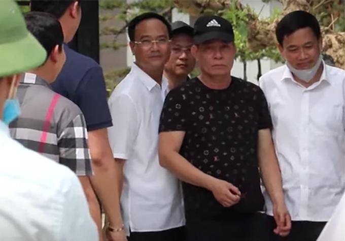 Cao Trọng Phú (áo đen, thứ hai từ phải sang) lúc vừa ra khỏi nhà chiều 30/4 sau nhiều tiếng cố thủ. Ảnh: CA.
