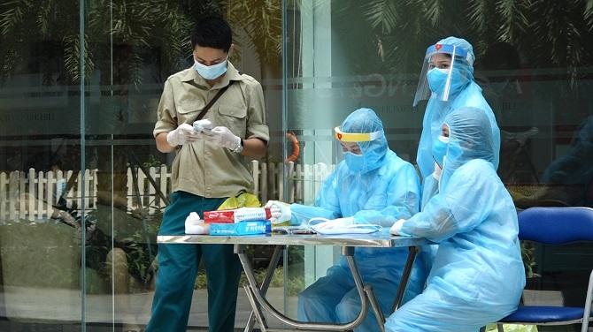Nhân viên y tế túc trực tại tòa nhà.