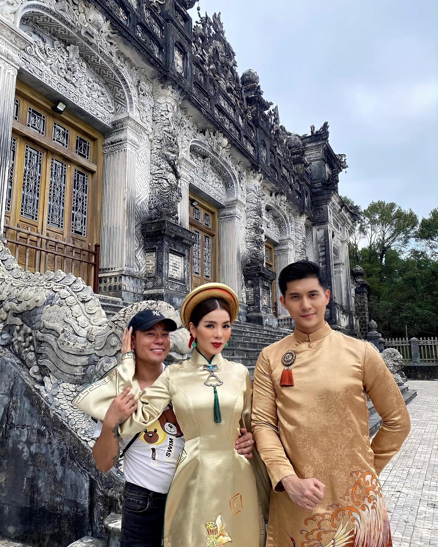 Cuối tuần trước, Lệ Quyên và Lâm Bảo Châu có mặt tại Huế công tác, kết hợp nghỉ dưỡng. Đôi tình nhân chọn lăng Khải Định - một trong những điểm tham quan nổi tiếng nhất thành phố - thực hiện bộ ảnh áo dài.