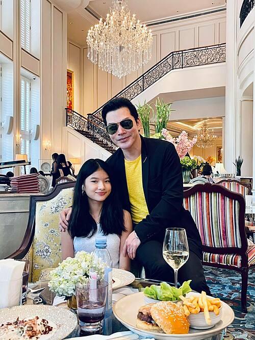 Trần Bảo Sơn đưa con gái Bảo Tiên đi chơi. Trong khi vợ cũ có tình mới, nam diễn viên được cho là đã có thêm công chúa nhỏ với người vợ thứ hai nhưng không công khai với khán giả.