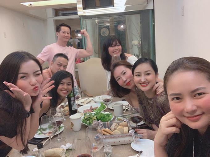 Thủy Top (trái) cùng bạn bè đến ăn tối nhà Phan Như Thảo.