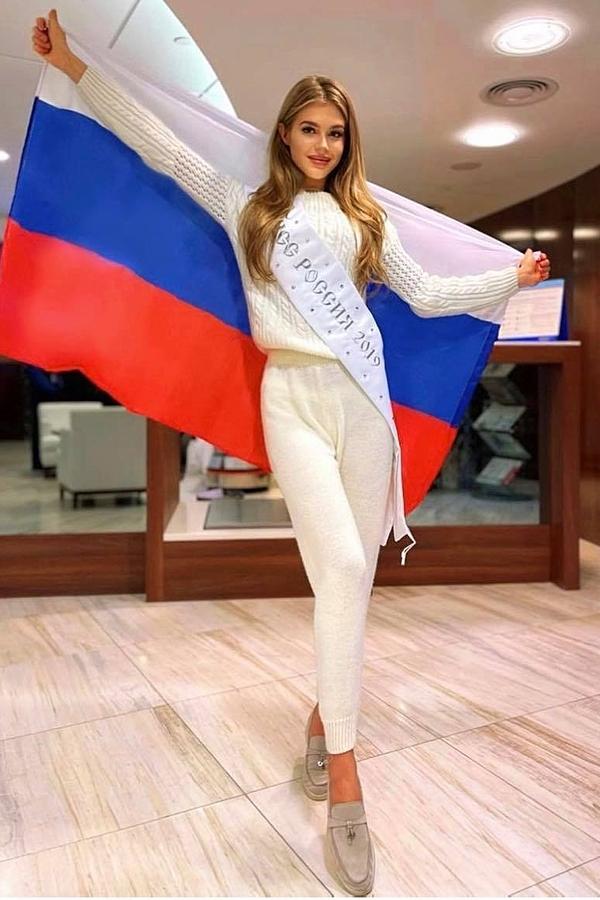 Hoa hậu Nga - Alina Sanko ăn vận giản dị, thoải mái cho chuyến bay dài. Mỹ nhân 22 tuổi cũng ghi tên vào top 12 Miss World 2019.
