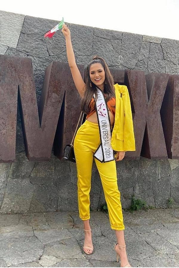 Hầu hết thí sinh châu Mỹ đã bay sang Mỹ. Trong ảnh là Hoa hậu Mexico - Andrea Meza nổi bật ở sân bay quê nhà. Cô tốt nghiệp ngành kỹ sư phần mềm, từng xuất sắc đoạt ngôi á hậu 1 Hoa hậu Thế giới 2017.