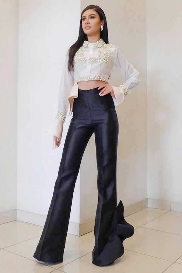 Hoa hậu Philippines - Rabiya Mateo đã sang Mỹ gần một tháng trước để làm quen nhịp sống theo mũi giờ Mỹ, cũng như chuẩn bị thêm cùng êkíp. Ở ngày lên đường, cô diện đính kết nổi bật nhưng bị đánh giá sến súa từ khán giả quốc tế.