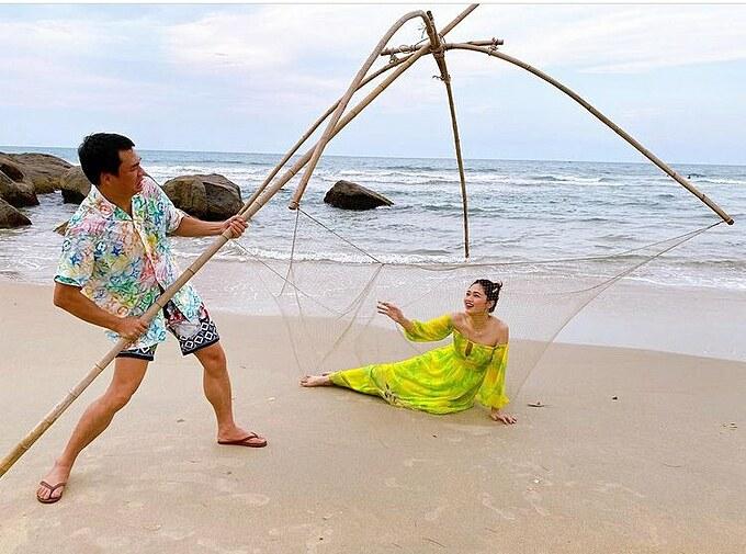 Á hậu Thanh Tú và chồng chụp hình theo concept vui nhộn: Ông lão đánh cá và con cá vàng.