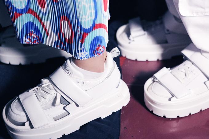 Giày sneaker tông trắng được anh cả làng mốt Việt mix cùng sandal ton-sur-ton để hoàn thiện các set đồ theo phong cách street wear.