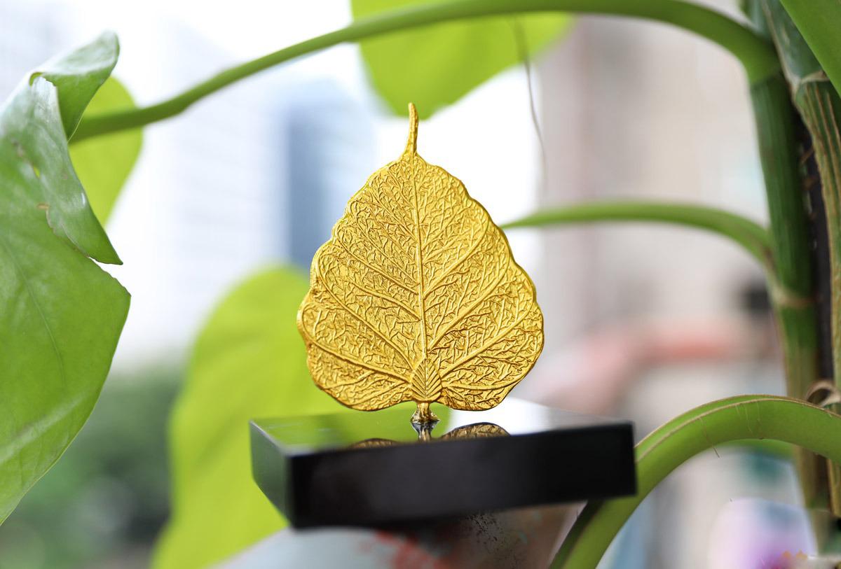 Lá bồ đề mạ vàng 24K được chế tác và gia công tỉ mỉ từ viền đến các đường gân lá. Lá có kích thước 5,8 cm x 7,8 cm, nặng 300 gram, làm từ chất liệu đồng mạ vàng 24K. Sản phẩm có giá 1,7 triệu đồng, giảm 15% so với giá gốc.