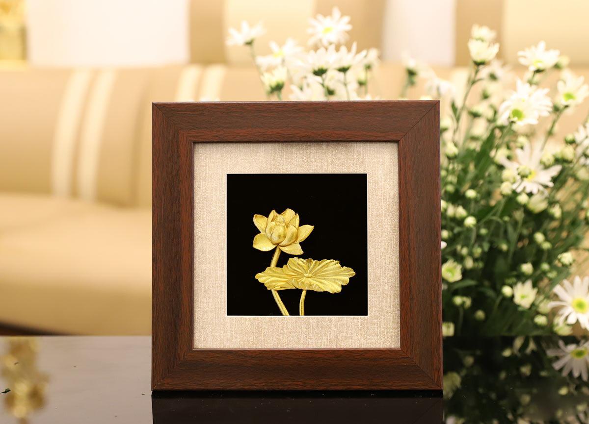 Tranh hoa sen mạ vàng 24K có giá 2,125 triệu đồng, giảm 29% so với giá gốc. Sen không chỉ là quốc hoa mà còn mang ý nghĩa tượng trưng cho vẻ đẹp thanh tao, cao quý, thích hợp dùng làm quà tặng các bà, các mẹ trong các dịp đặc biệt, lễ, Tết.