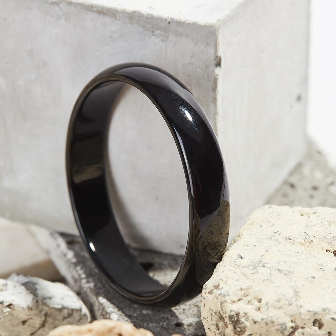Vòng tay đá mã não đen Ngọc Quý Gemstones với màu đen tuyền không lẫn tạp chất hay vân màu. Vòng có đa dạng kích cỡ, hợp với nhiều cỡ cổ tay, đường kính 52-58 mm. Sản phẩm có giá 279.000 đồng, giảm 50% so với giá gốc.