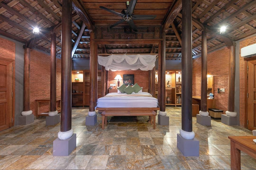 Giọng ca Giấc mơ có thật nghỉ tại villa 1 phòng ngủ kiểu Việt Nam (Vietnamese pool house). Lấy cảm hứng từ kiến trúc nhà truyền thống Huế, tường màu gạch nung mang lại sự ấm áp, gần gũi. Những chiếc cột nhà bằng gỗ, mái ngói thân thuộc, khiến khách cảm giác như đang ở nhà. Biệt thự trang bị đầy đủ tiện nghi, có phòng bếp tuy nhiên khách không được nấu nướng để đảm bảo an toàn. Phòng ăn có tầm nhìn hướng ra mặt hồ yên bình.