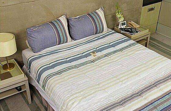 Bộ drap gối thổ cẩm - tencel silky Pierre Cardin - Tím nhạt - 160 x 200 x 25cm 2.070.000đ (- 55 %)Bộ drap trải giường bao gồm: 01 drap đủ các size, 2 vỏ gối nằm 50*70 cm, 01 vỏ gối ôm 37 *100cm. - Bộ grap gối bọc 140*200 cm : Double bed size - Bộ grap gối bọc 160*200 cm : Queen size - Bộ grap gối bọc 180*200 cm : King size