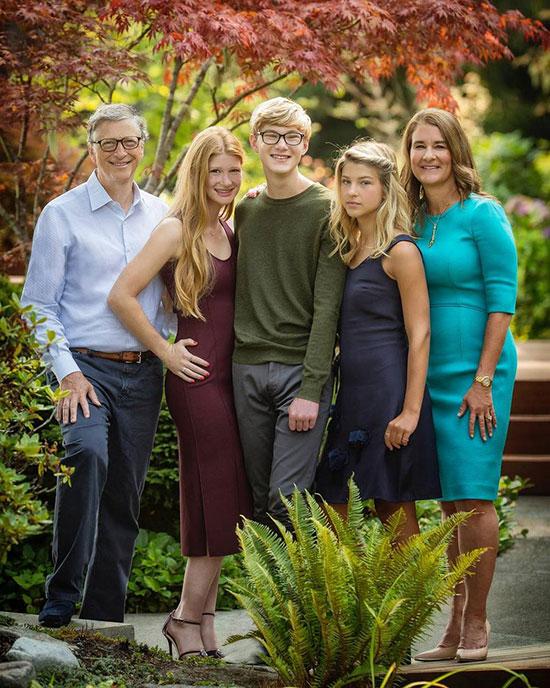 Vợ chồng Bill Gates bên ba con trước khi ly hôn. Ảnh: Instagram.