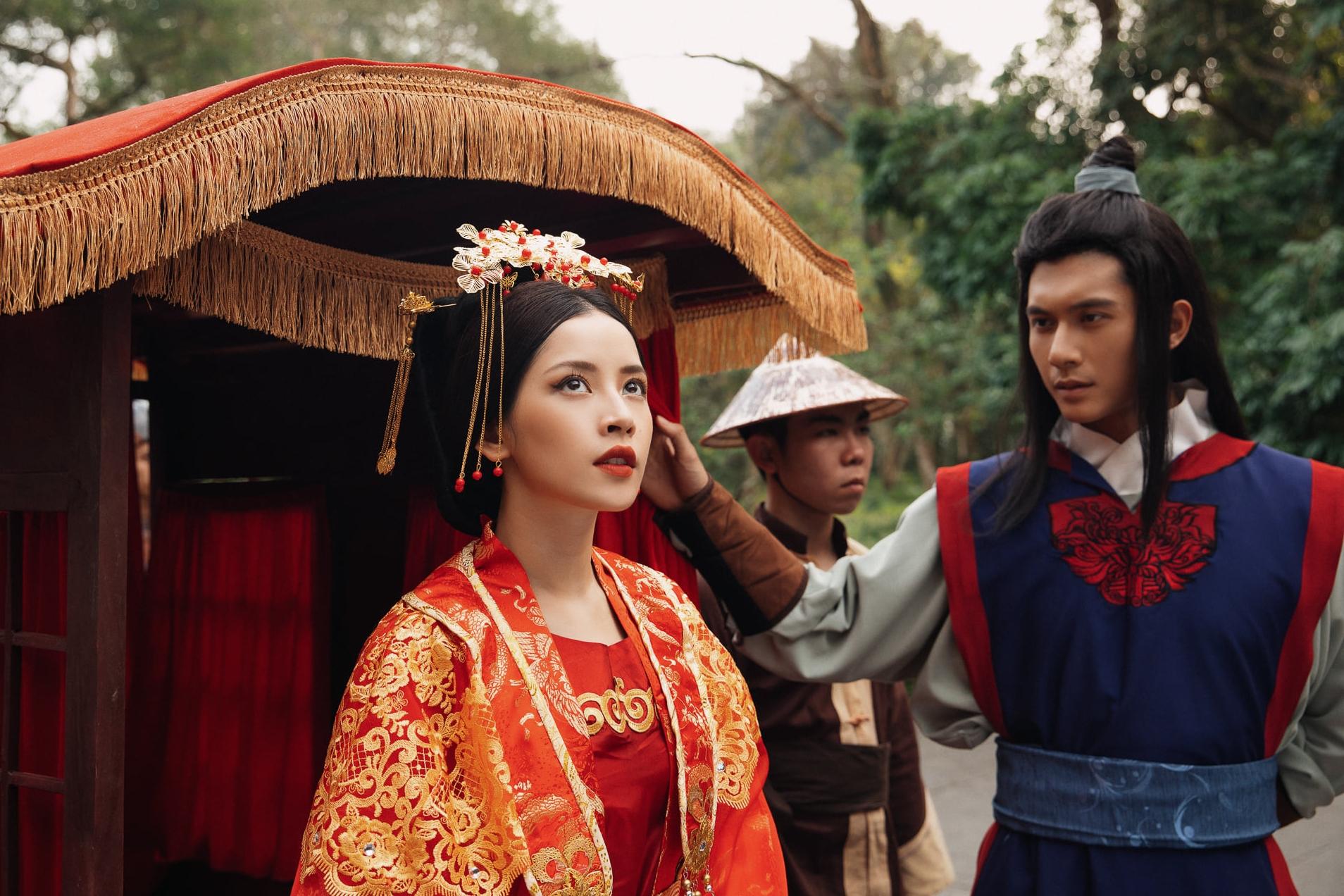 Chi Pu đóng vai Cám trong MV. Bên cạnh cô là nhân vật thị vệ do Lâm Bảo Châu - tình trẻ của Lệ Quyên - thể hiện.