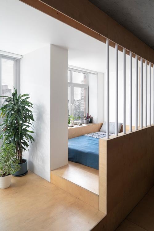 Phòng ngủ, khu làm việc được ngăn cách bởi tường, bậc thềm cao.