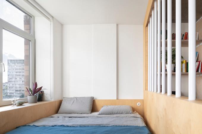 Cạnh giường ngủ là cửa sổ lớn và có rèm che khi cần thiết.