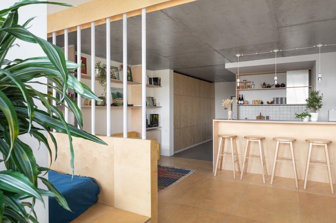 Nhóm cho biết đã chia khu vực sinh hoạt chính thành hai phần: phần đầu tiên dành cho bếp mở và phòng khách, phần còn lại là giường ngủ, khu vực làm việc.