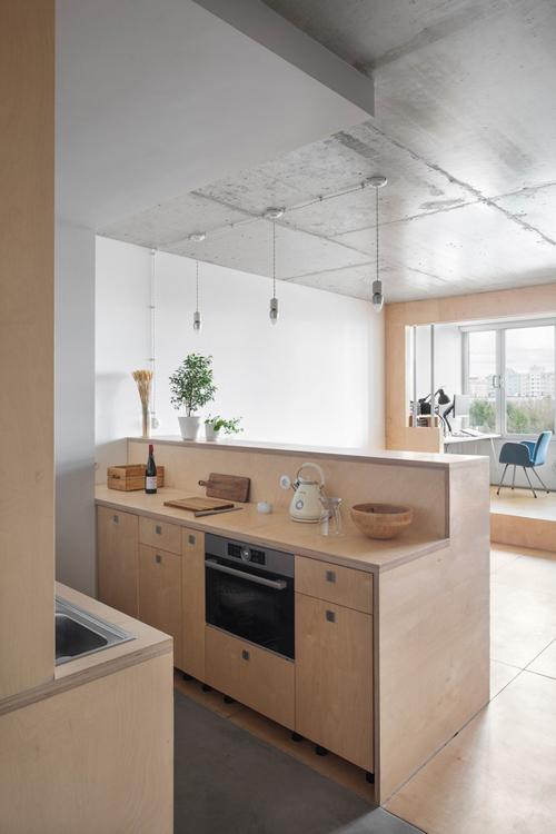 Trần bê tông đơn giản tạo điểm nhấn cho công trình. Căn hộ còn có phòng xông hơi khô do chủ nhà tự làm, tạo nên các phút giây thư giãn.
