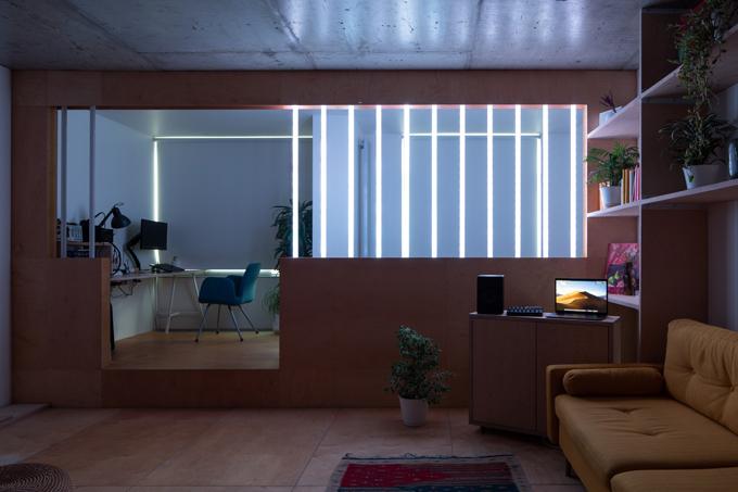 Các vách được gắn thêm ống đèn Led do chủ nhà tự thực hiện. Chúng được lập trình để điều khiển bằng tay, có thể tạo ra các hiệu ứng ánh sáng khác nhau.