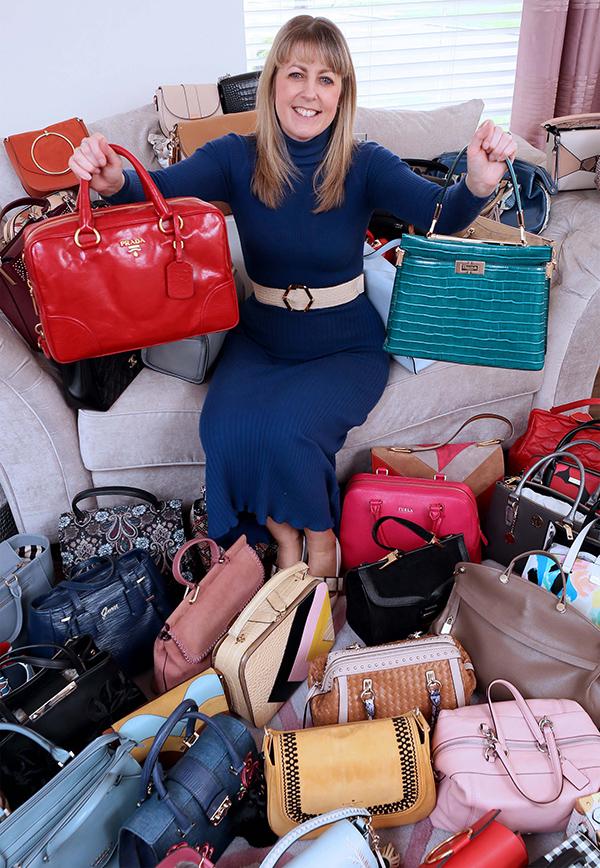 Nicola Crawford là một nữ công chức, hiện sống cùng chồng và con gái Poppy 10 tuổi tại Bắc Ireland. Bộ sưu tập túi của cô đã cán mốc 362 chiếc với đủ thương hiệu lẫn mức giá, từ sản phẩm chỉ 5 bảng Anh mua ở Primark tới thiết kế Chanel 2.500 bảng.