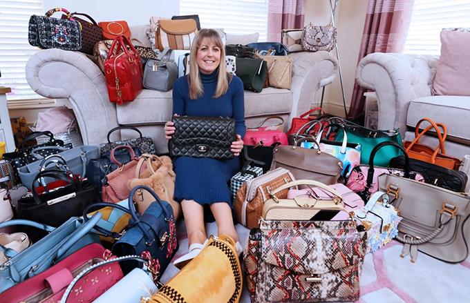 Nữ công chức 44 tuổi đang mong chờ lệnh phong tỏa tại Bắc Ireland chấm dứt để cô có thể mở rộng bộ sưu tập của mình: Mỗi ngày tôi sử dụng một chiếc túi khác nhau, và mục tiêu của tôi là có đủ 365 chiếc cho cả năm. Tôi muốn mua một thiết kế Mulberry cho dấu mốc thứ 365.