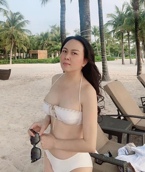 Nếu Quách Ngọc Ngoan bận rộn đóng phim, Phượng Chanel lại chia sẻ nhiều hình ảnh nghỉ ngơi. Dịp thông tin chia tay đăng tải, cô có chuyến nghỉ dưỡng ở biển cùng các con gái. Lúc này, nữ doanh nhân tự tin diện bikini, khoe vóc dáng gợi cảm ở tuổi 44.