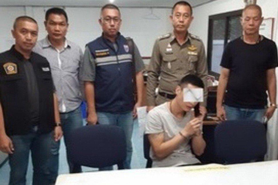 Yu Xiaodong (ngồi) tại đồn cảnh sát Thái Lan sau khi bị bắt hồi tháng 6/2019. Ảnh: SCMP.