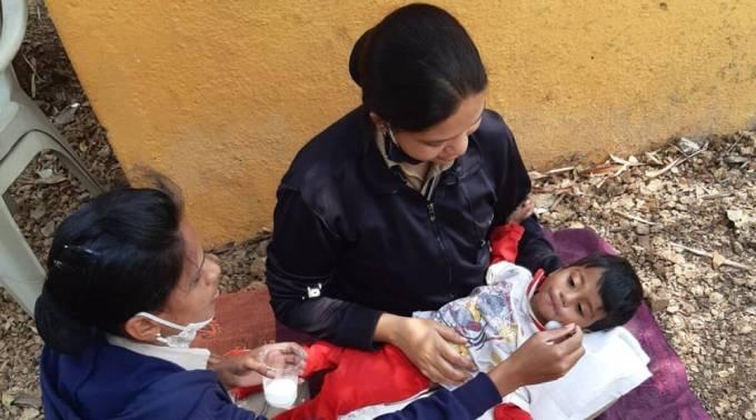 [Bé trai được cho uống sữa, ăn bánh sau khi được phát hiện ở bên xác mẹ 2 ngày. Ảnh: Indian Express.