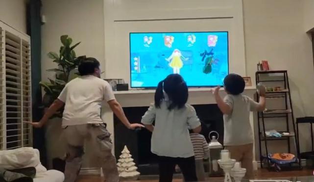 Hà Khiết đăng ảnh chồng con vui chơi trong nhà.