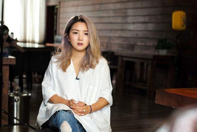 Hà Khiết ca hát từ nhỏ, từng đại diện cho Quý Châu đi tham gia cuộc thi hát ở Bắc Kinh và giành giải thưởng. Cô học Nhạc viện Tứ Xuyên hệ đại học.