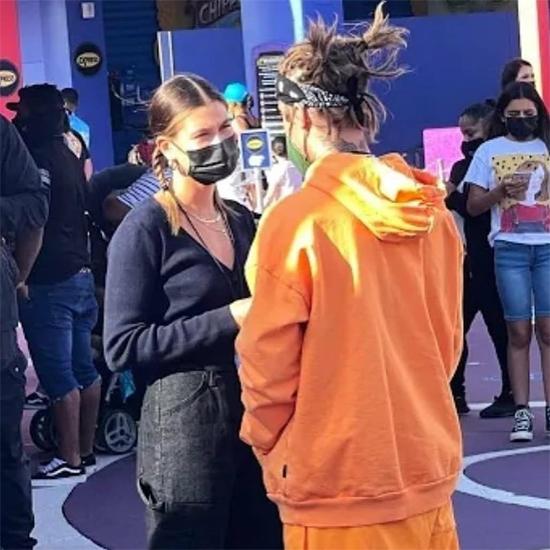 Hailey và Justin tới tham quan Universal Studios Hollywood hôm 3/5.