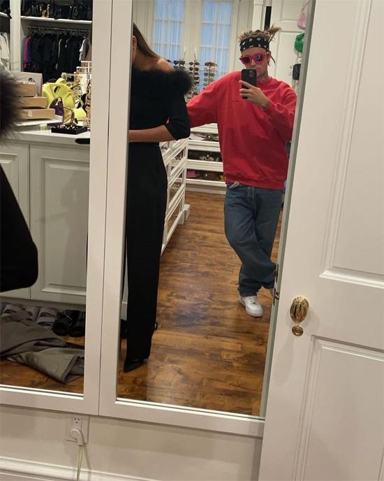 Ngày hôm sau, Justin tiếp tục đưa vợ đi shopping trong lúc cả hai rảnh rỗi. Justin khoe trên Instagram Story ảnh ngắm vợ thử đồ.