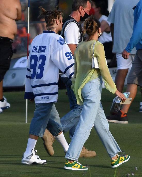 Người mẫu 25 tuổi cũng hộ tống ông xã nổi tiếng đi quay video ca nhạc Let It Go tại một sân golf.