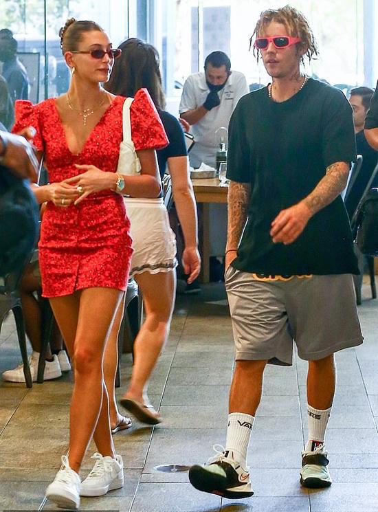 Vợ chồng Bieber trông rất hạnh phúc bên nhau trong buổi dạo phố Miami mua sắm.