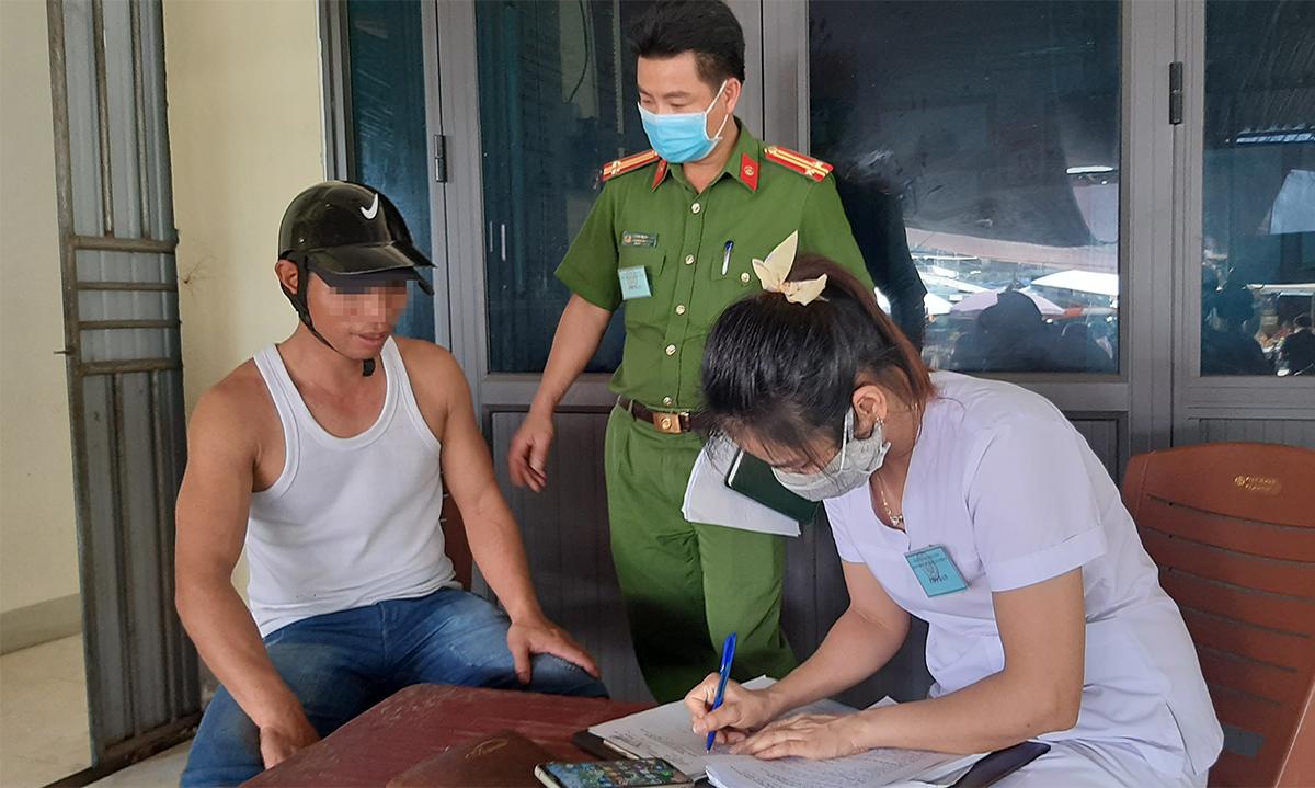 Người không đeo khẩu trang (ngoài cùng, bên trái) bị xử phạt.