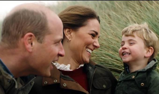 Vợ chồng William - Kate vui đùa với con trai út, Hoàng tử Louis, trong video mừng 10 năm cưới hôm 29/4. Ảnh: Pixel8000.