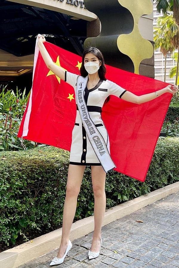 Mỹ nhân Trung Quốc - Jiaxin Sun diện váy gam màu trắng đen đơn giản cho ngày lên đường.