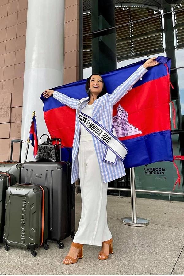 Thí sinh Cambodia - Sarita Reth chọn quần suông dài giúp che khéo hạn chế chiều cao của cô.
