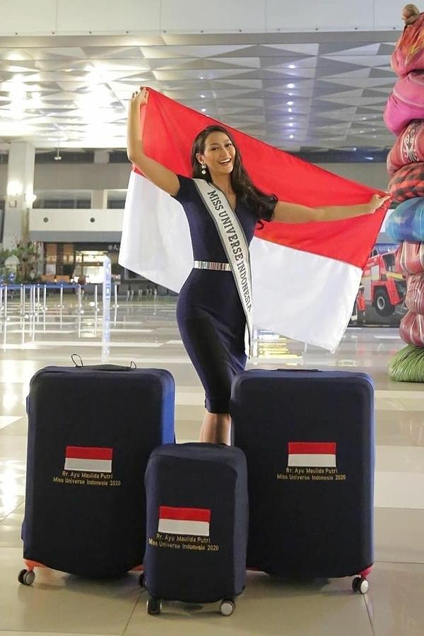 Đại diện Indonesia - Ayu Maulid khoe ba vòng gợi cảm với váy bút chì. Song màu sắc váy khiến cô trông già thêm vài tuổi.