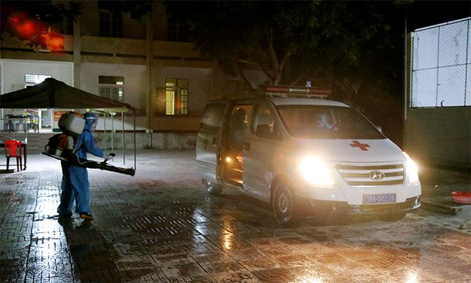 Xe chở bệnh nhân nhiễm nCoV đến Bệnh viện Đa khoa khu vực cửa khẩu quốc tế Cầu Treo để cách ly, điều trị. Ảnh: Hùng Lê