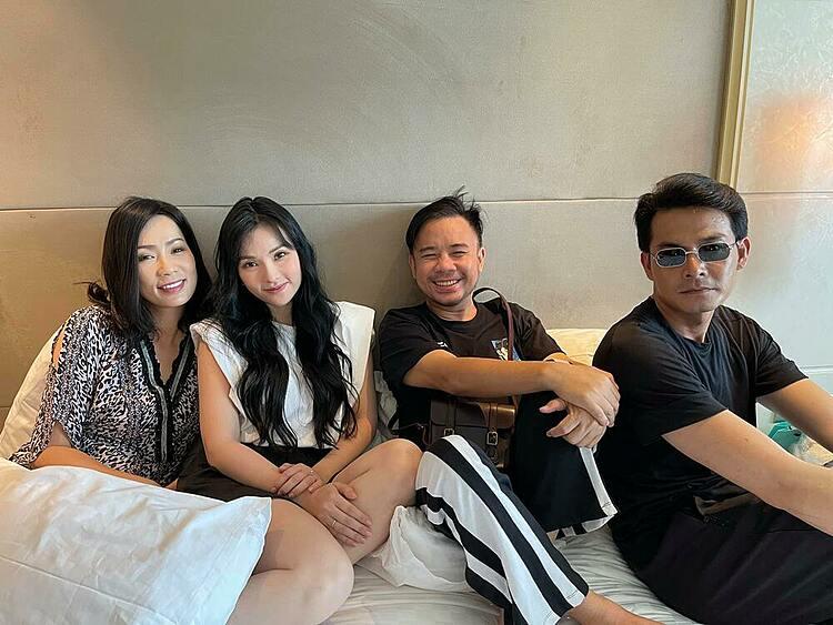 Quách Ngọc Ngoan gặp gỡ Trịnh Kim Chi, Thu Thuỷ, stylist Nguyễn Thiện Khiêm (từ trái qua) để bàn bạc công việc.