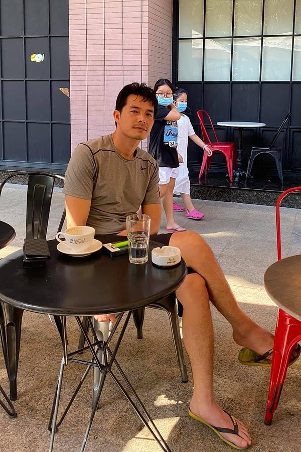 Nhân dịp lễ 30/4 được nghỉ dài, Quách Ngọc Ngoan mới dành thời gian đi cafe cùng bạn bè. Anh có phần hốc hác hơn so với trước đây do đã giảm 10 kg cho quá trình đóng phim.