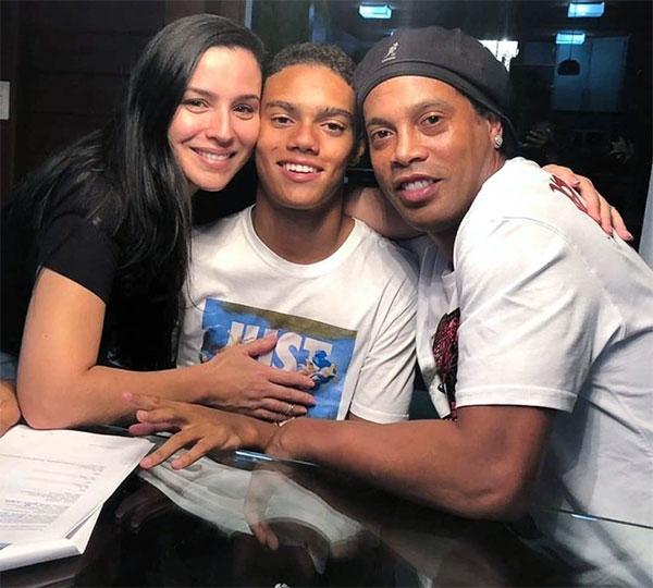 Ronaldinho và bạn gái cũ Janaina Mendes trong một lần hiếm hoi hội ngộ khi con trai chung Joao Mendes ký hợp đồng với hãng Nike năm 2019. Ảnh: Instagram.