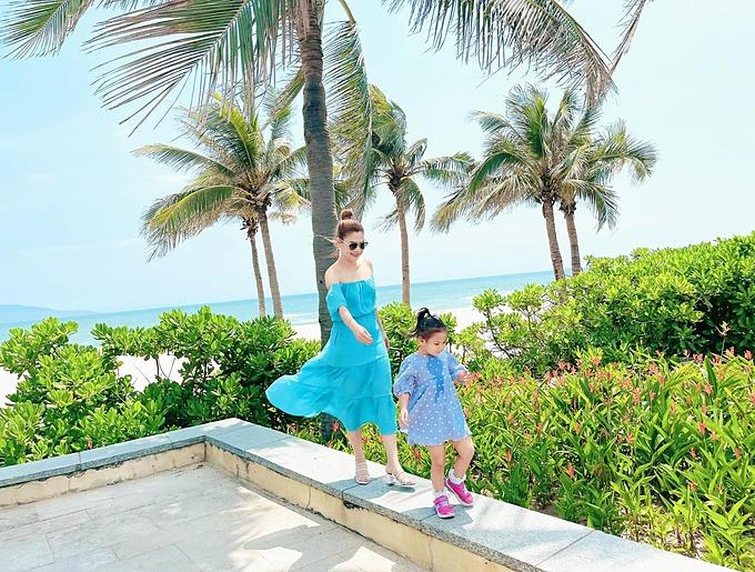 Ca sĩ Thanh Thảo và con gái trong chuyến du lịch nghỉ dưỡng ở Đà Nẵng.
