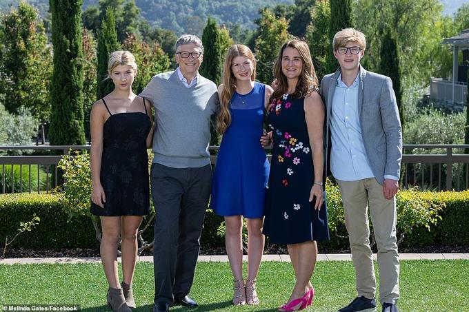 Vợ chồng Bill Gates và ba con. Ảnh: Facebook.