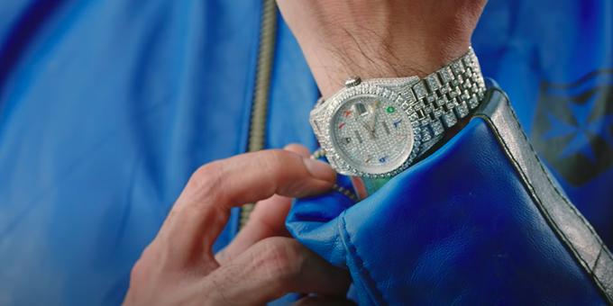 Cận cảnh chiếc đồng hồ tiền tỷ của Binz trong MV.