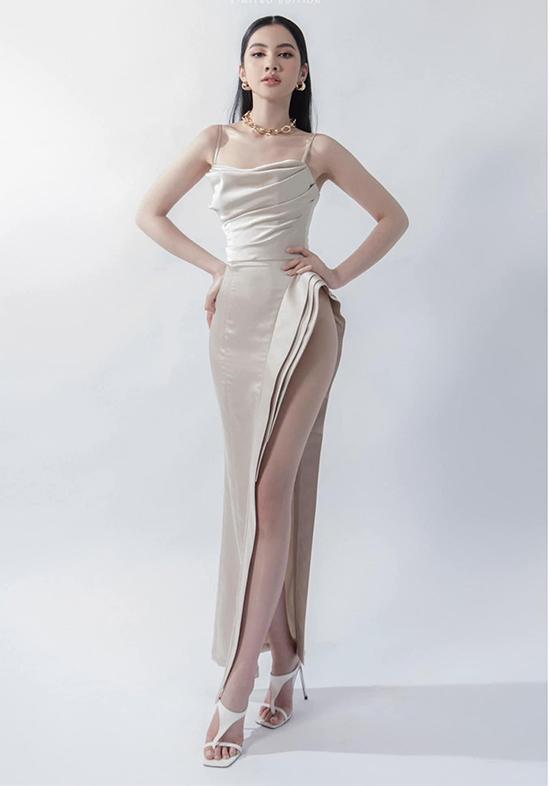 Bộ váy khoe trọn vẹn đôi chân dài của người đẹp. Cẩm Đan hoàn thiện phong cách gợi cảm bằng đôi mắt kẻ sắc, môi mọng màu nude và phụ kiện to bản.