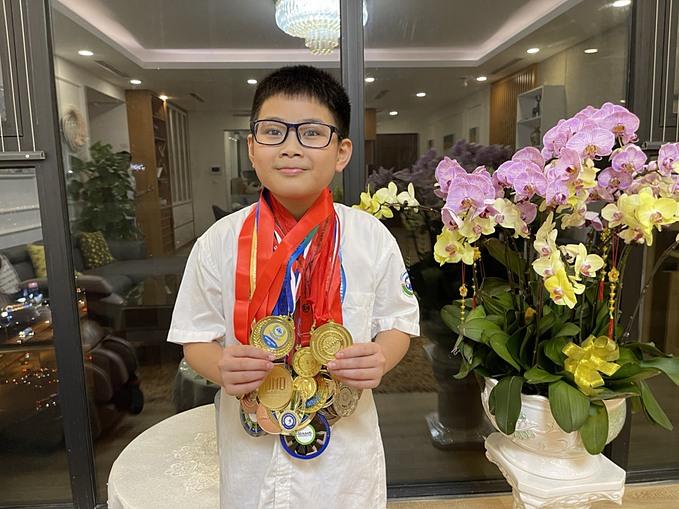 Bảo Nam, 12 tuổi, đã giành được rất nhiều huy chương Toán quốc tế nhưng cũng được bố dạy về lòng thương người và sự sẻ chia trong cuộc sống.
